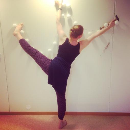 Slik heng yogalæraren opp lys på veggen..